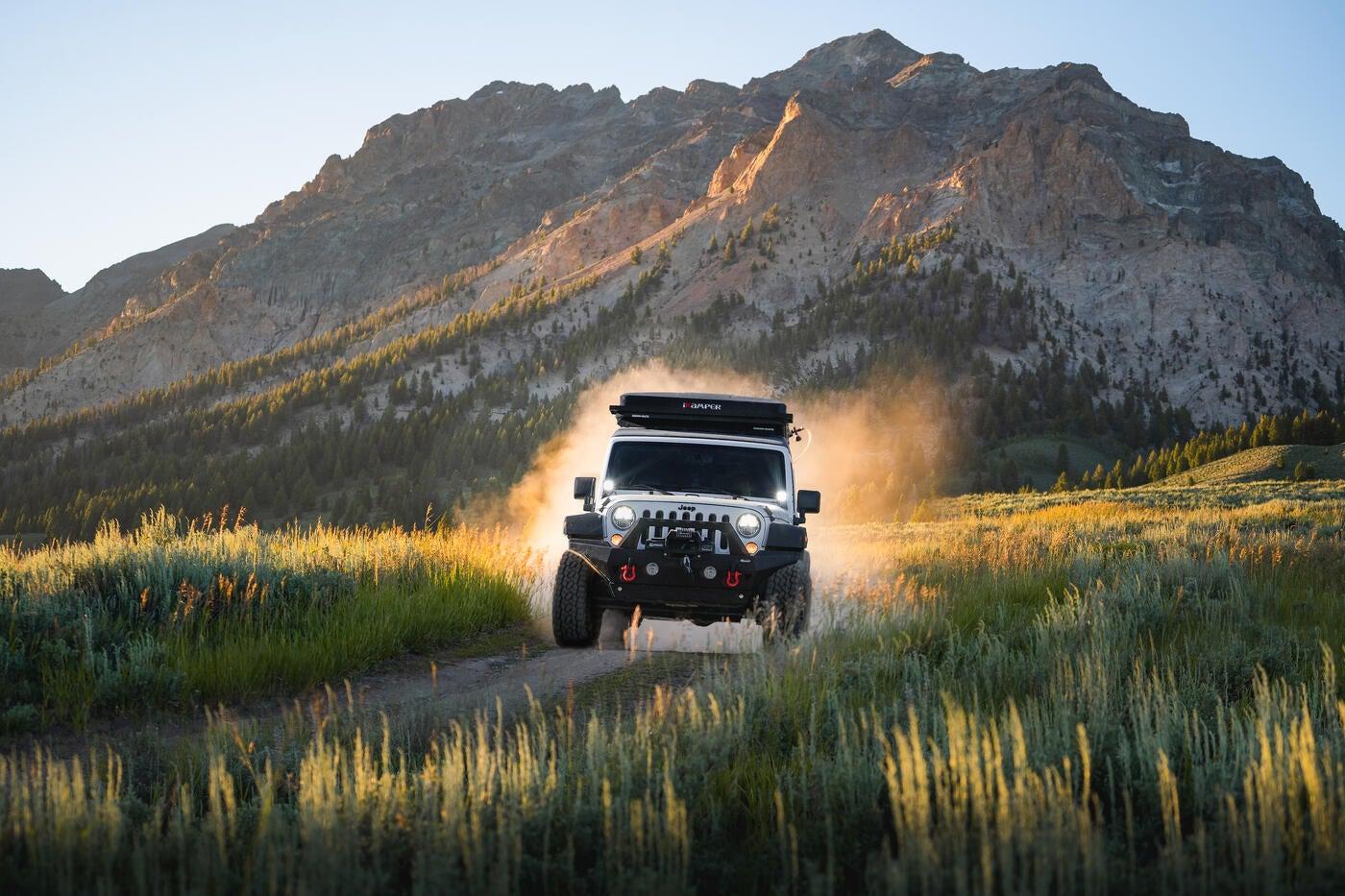 ¿Te gustaría dejar tu trabajo para ir a explorar con tu cámara en un Jeep? Así lo hizo este fotógrafo y cineasta.