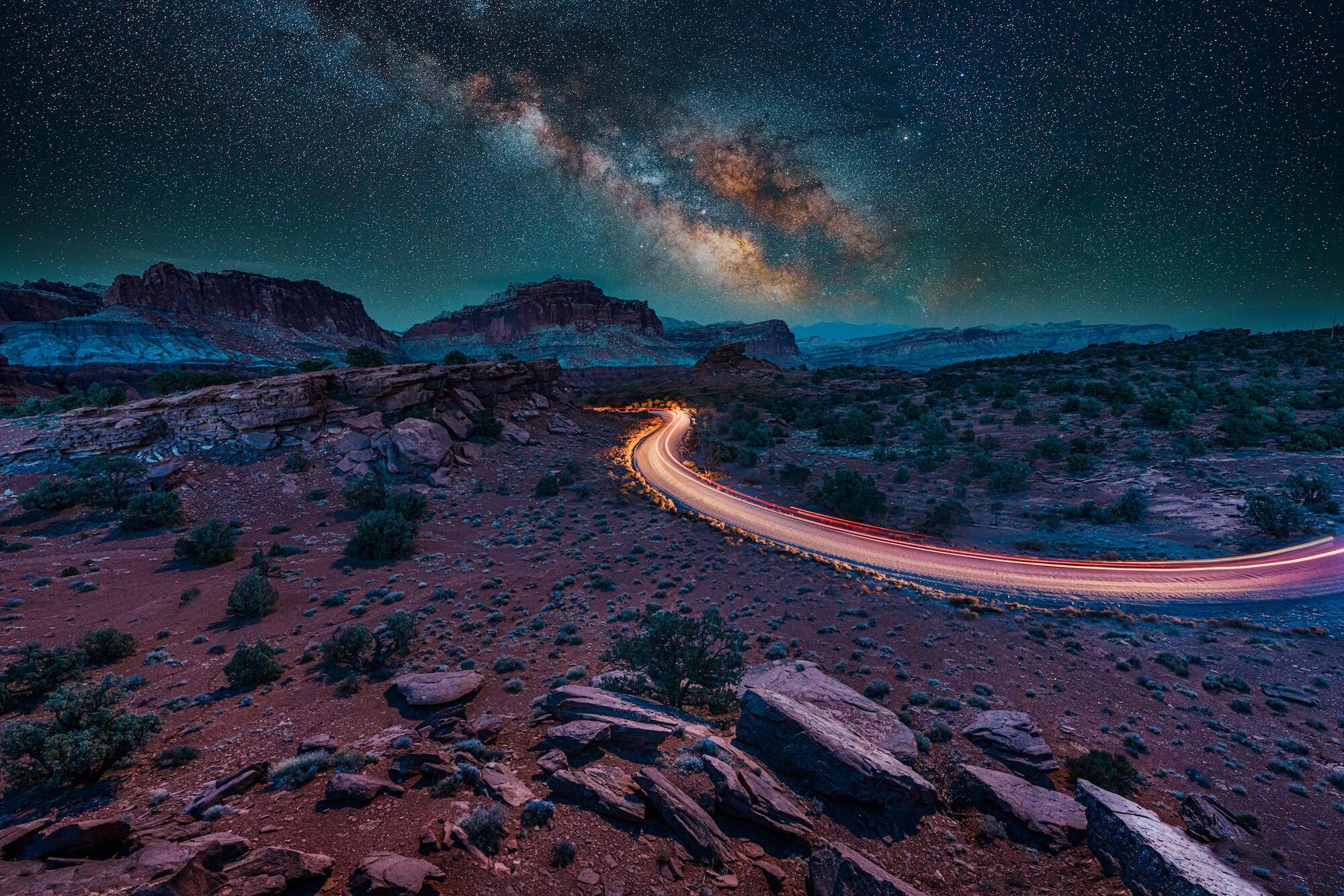 Una vía láctea iluminada por la luna y una estela de luz con el Sony 14 mm f/1.8 GM